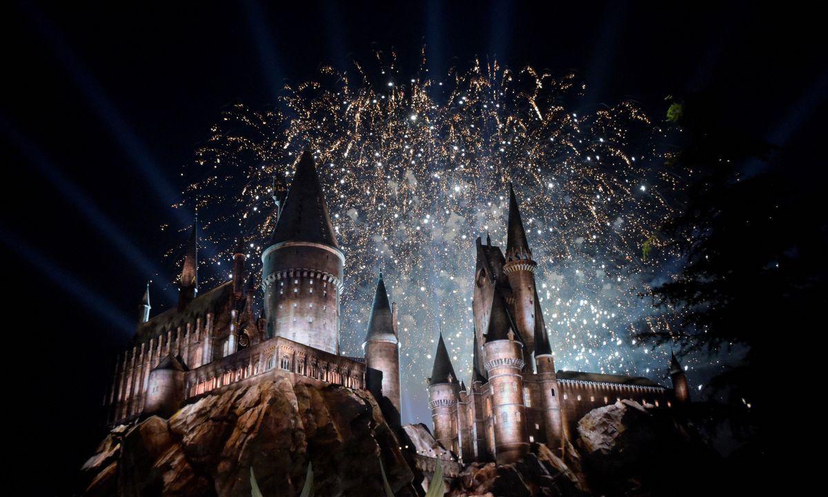 Hrad Bradavice osvětlený ohňostrojem.