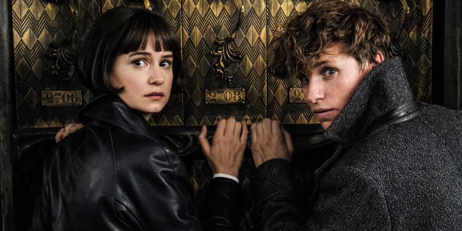 Tina a Mlok se ohlíží přes rameno s mírně překvapeným/vystrašeným výrazem