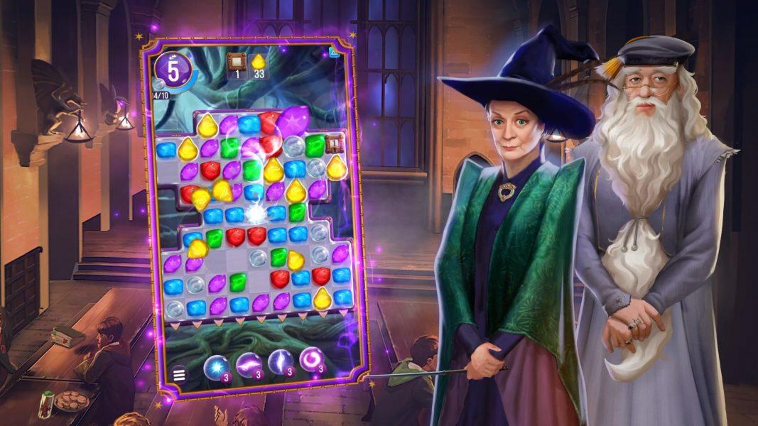 Herní plocha puzzlí nalevo a napravo postavy profesorky McGonagallové a profesora Brumbála