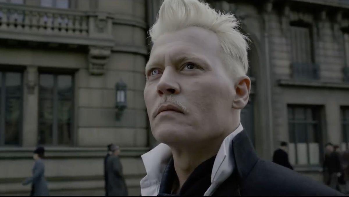 Snímek z filmu Fantastická zvířata: Pohled na Grindelwaldův obličej zblízka. Gellert se dívá kamsi vzhůru.