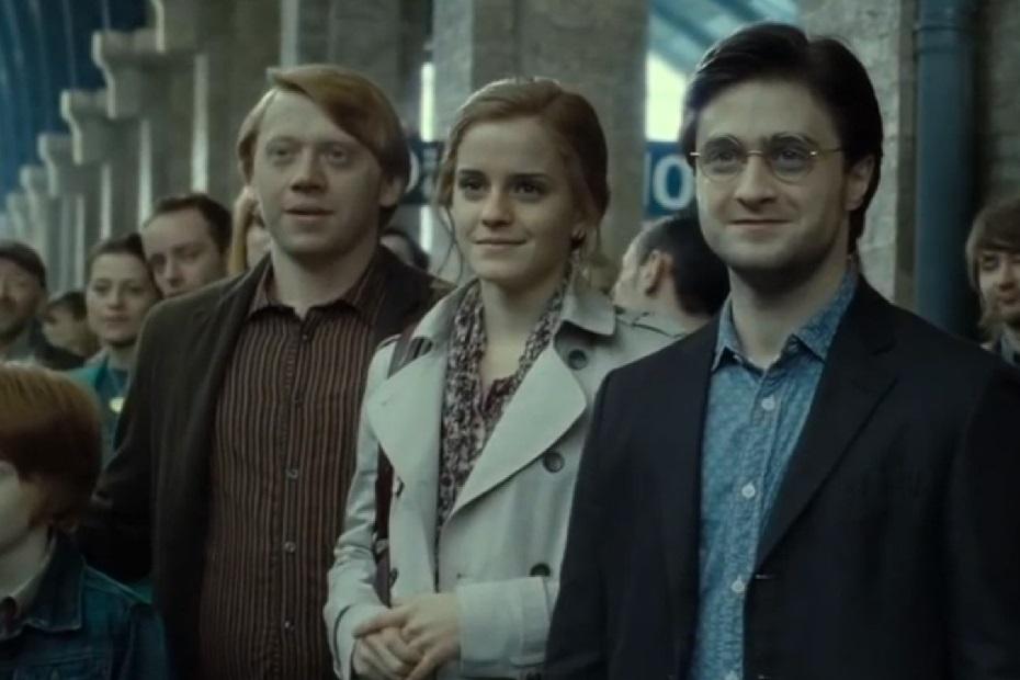 Scéna z epilogu: Dospělý Ron, Hermiona a Harry sledují odjezd Bradavického expresu, který odváží jejich děti do Bradavic. Trio stojí při sobě. Zleva odzadu Ron, uprostřed Hermiona a vpředu vpravo (před Hermioniným levou rukou) Harry.
