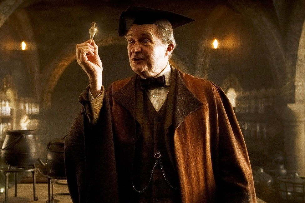 Obrázek z filmu Harry Potter a princ dvojí krve. Na obrázku vidíme profesora Křiklana v učebně lektvarů, jak ve své pravé ruce ukazuje lektvar felix felicis.