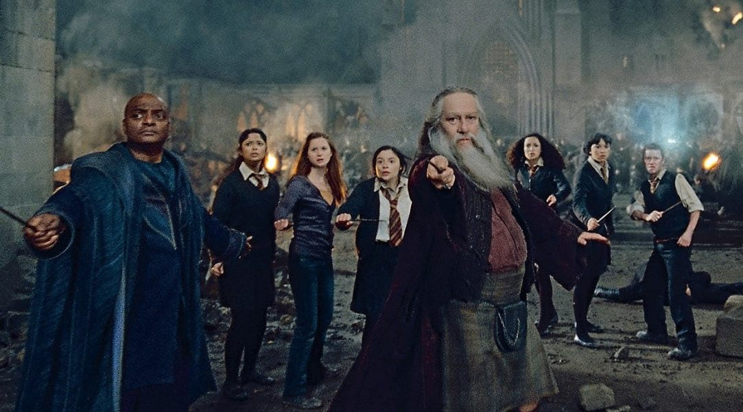 Obrázek z filmu Relikvie smrti, 2. část. Aberforth Brumbál se připojil k obráncům hradu. Spolu s Kingsleym Pastorkem a studenty (Ginny, Romilda, Seamus a další) pozvedá hůlku k boji.