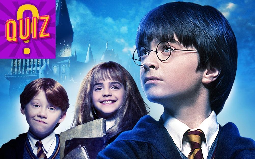 Obrázek z jednoho propagačního plakátu k filmu Kámen mudrců, na němž je zleva doprava Ron (s přihlouplým napůl úsměvem), Hermiona (usměvavá, nesoucí knihy) a Harry (s vážným výrazem dívající se doleva). V pozadí jsou Bradavice. V levém horním rohu je fialová ikona s nápisem QUIZ.